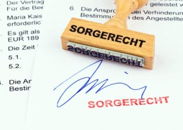 Holzstempel auf Dokument: Sorgerecht